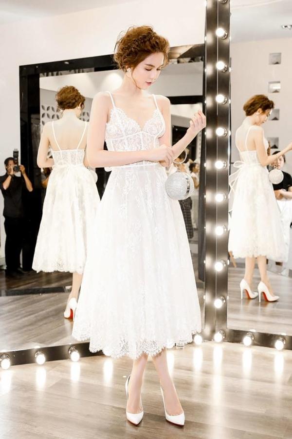 Corset cũng được ứng dụng vào các dạng váy xòe điệu đà hay váy bó khoe đường cong gợi cảm. Tiêu biểu nhất là bộ váy trắng mà Ngọc Trinh diện cách đây khá lâu, ghi điểm bởi sự nhẹ nhàng, ngọt ngào.