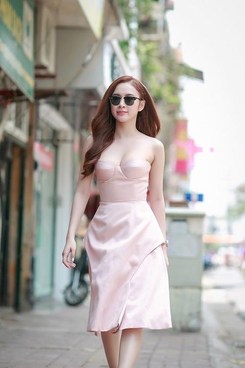 Angela Phương Trinh ngọt ngào, trẻ trung với sắc hồng thạch anh.