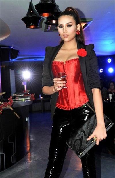 Hoàng Yến và chiếc áo corset màu đỏ nổi bật giúp cô trở thành tâm điểm trong một buổi tiệc cách đây khá lâu.