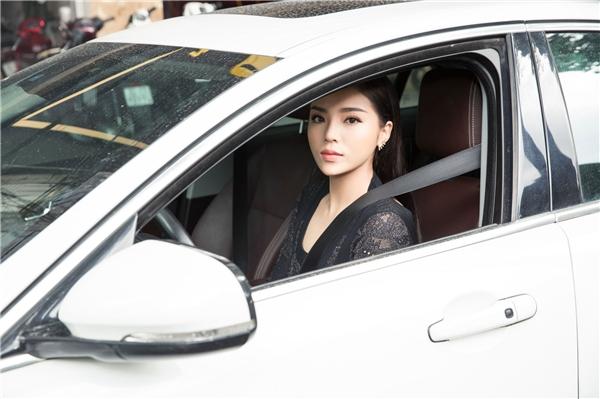 Hoa hậu Kỳ Duyên tự lái xe đến spa vừa để chia vui với Trâm Nguyễn, vừa tút tát nhan sắc sau thời gian dài bận rộn dành cho việc học và sự nghiệp.
