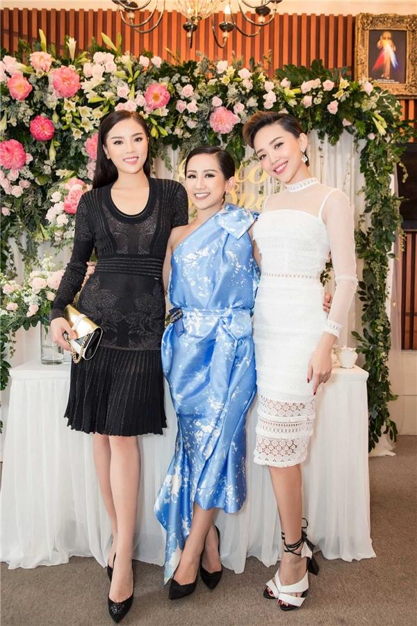 Hai người đẹp chụp ảnh cùngnữ fashionista – doanh nhân Trâm Nguyễn.