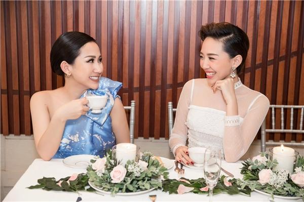 Tóc Tiên dành thời gian nói chuyện cùng doanh nhân Trâm Nguyễn.