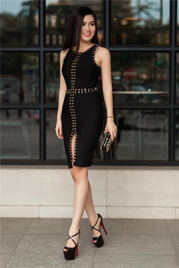 Trên nền đen của phom váy ôm sát, chi tiết đinh tán màu vàng kim giúp thiết kế trở nên nổi bật, bắt mắt hơn. Đi kèm trang phục là giày cao gót của Christian Louboutin và ví cầm tay đồng điệu.
