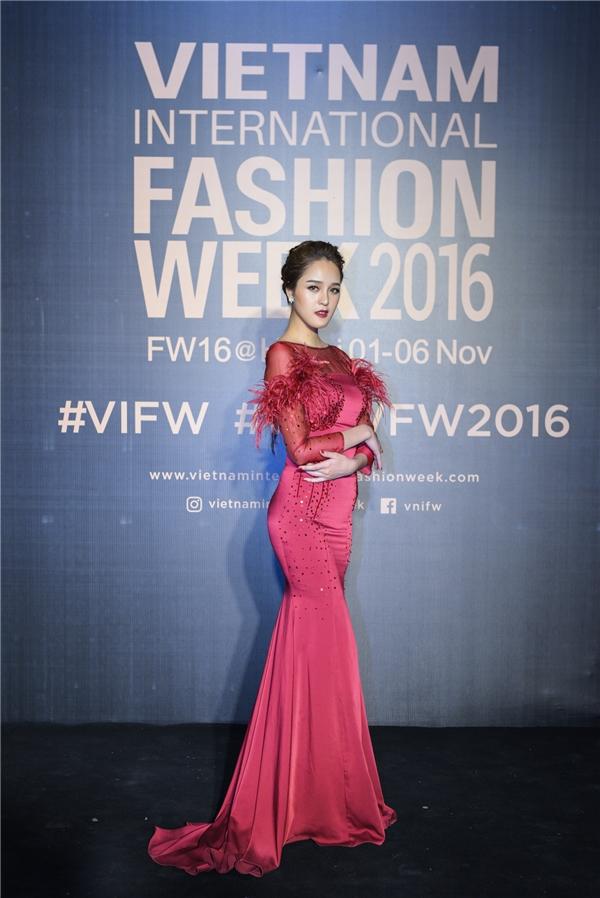"""Á hậu Hoàng Anh chọn chiếc váy đuôi cá đỏ nổi """"bần bật"""" đính kết cầu kì của nhà thiết kế Xuân Lê."""