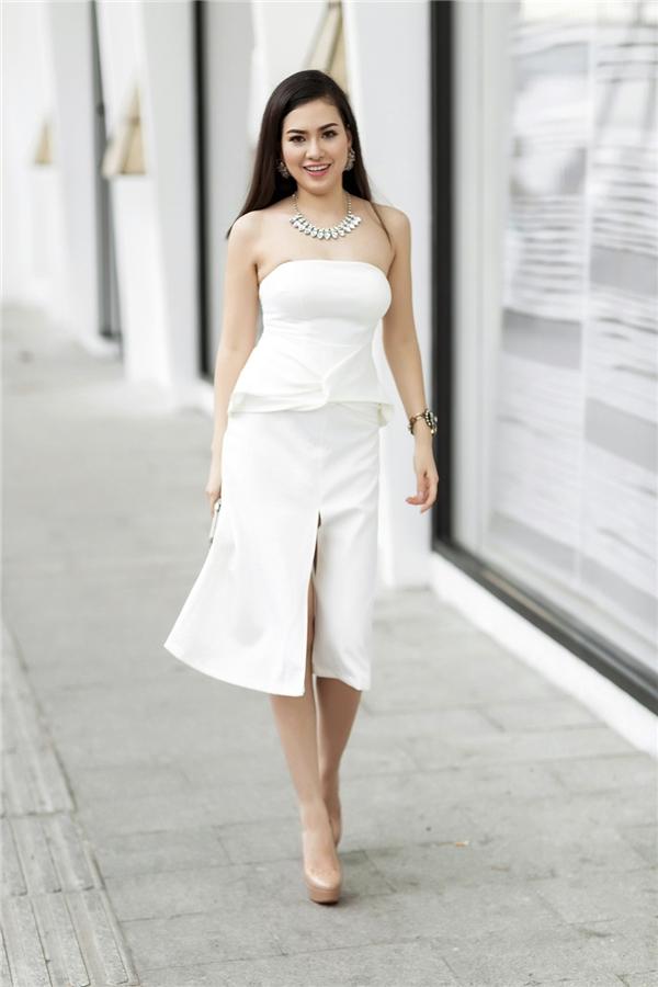 Sắc trắng tinh khôi luôn mang đến sự tươi mới, trẻ trung cho người mặc. Chi tiết xẻ tà hay phần cúp ngực giúp người đẹp 9X trông gợi cảm hơn.