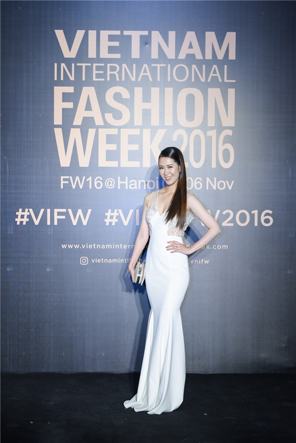 Hoa hậu Dương Thùy Linh chọn chiếc váy trắng xẻ và đính kết cầu kì trên ngực áo.