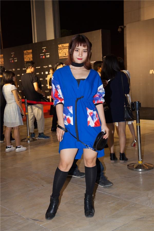 Bên cạnh đó, thảm đỏ có xuất hiện một dàn fashionista với cácset đồ phong cách độc đáo, lạ mắt.