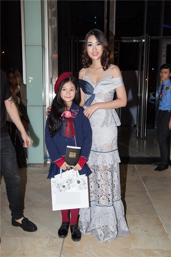 Hoa hậu Mỹ Linh nổi bật với đầm ren ôm sát gợi cảm.