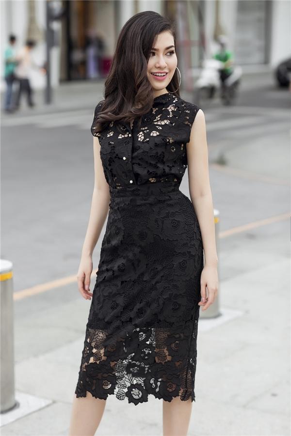Chất liệu ren mỏng manh cũng trở nên thanh lịch với phom váy ôm vừa phải, cổ điển.