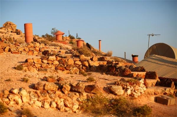 Sau khi việc khai thác bịcầm chừng,người dân đã chuyển những khu mỏ khai thác xong thành nơi ở cho gia đình của mình.