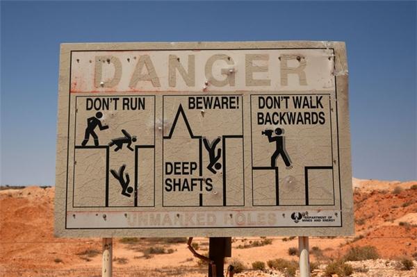 Những tấm biển cảnh báo hố sâu chính là khu vực được xây dựng nhà ở của người dân.