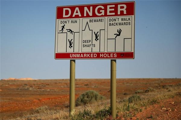 Tấm biển cảnh báo được đặt ở rất nhiều nơi trong thị trấn để giúp giao thông thuận tiện hơn.