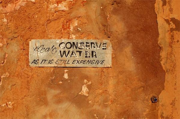 Lượng nước phục vụ cho sinh hoạt ở đâycũng trở nên khan hiếm hơn do ít mưa.