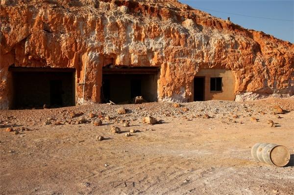 Lối đi vào nhữngcăn nhà dưới lòng đất là các cửa hầm nhỏ cũ kĩ.