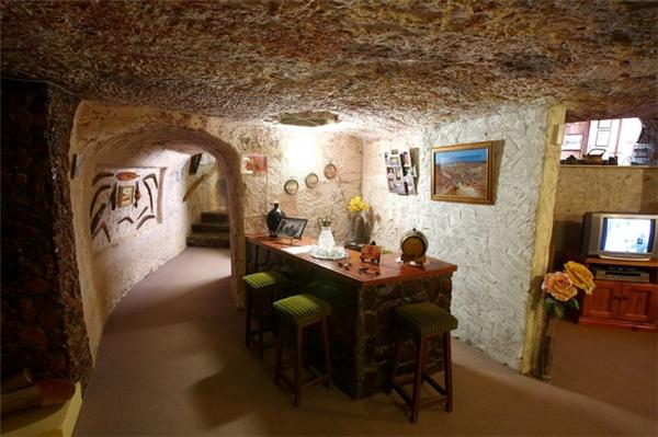 Những căn nhà dưới lòng đất được xây dụng cách đây khá lâu đãtrở thànhđịa điểm du lịch thu hút du khách gần xa.