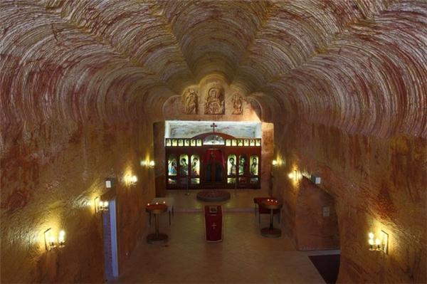 Một nhà thờ nằm dưới lòng đất cũng được xây dựngtrong thị trấn để đáp ứng nhu cầu tâm linh.
