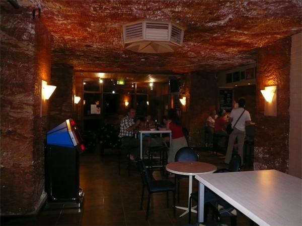 Một quánbar tại thị trấn này, ngay trong lòng đất chắc chắn sẽ hấp dẫn du khách.