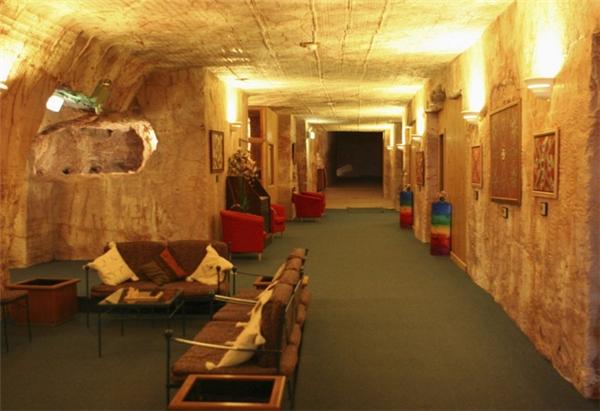 Một khách sạn đầy đủ tiện nghi dànhcho du khách nghỉ ngơi. Và tất nhiên, nó cũng nằm dưới lòng đất.