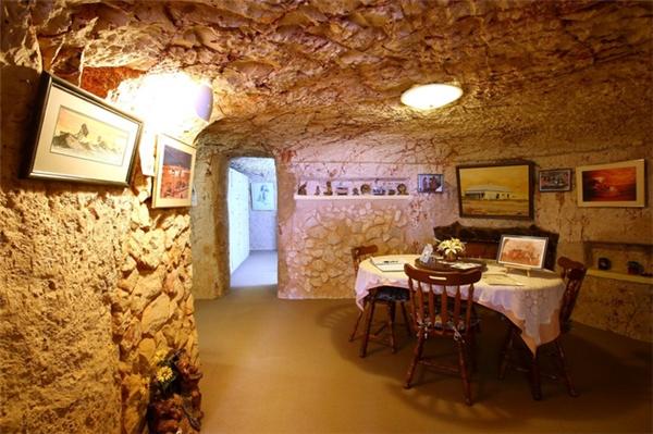 Căn phòng nhỏấm cúng được trang trí theo kiến trúc cổ điển.