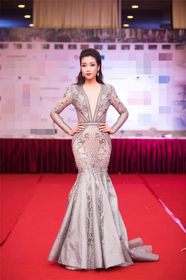 Trên thảm đỏ Liên hoan Phim Quốc tế Hà Nội 2016, Mỹ Linh 2 lần ghi điểm với váy xuyên thấu: một điệu đả với sắc vàng kim, một gợi cảm váy sắc xám trắng, phom đuôi cá ôm sát.