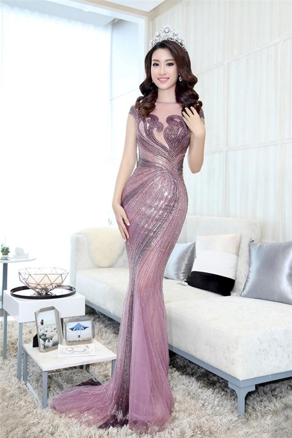 Mỹ Linh thường chọn những thiết kế đuôi cá khi tham gia các sự kiện của Vbiz. Dù gợi cảm nhưng người xem vẫn cảm nhận được được nét thanh lịch trong phong cách của Hoa hậu Việt Nam 2016.