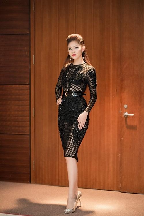 Với Á hậu Thanh Tú, trong 2 sự kiện gần đây nhất, khán giả mới được dịp nhìn thấy cô diện những trang phục xuyên thấu gợi cảm. Đây là 2 thiết kế mới nhất của Chung Thanh Phong với cấu trúc ren xuyên thấu đối xứng đang thịnh hành.