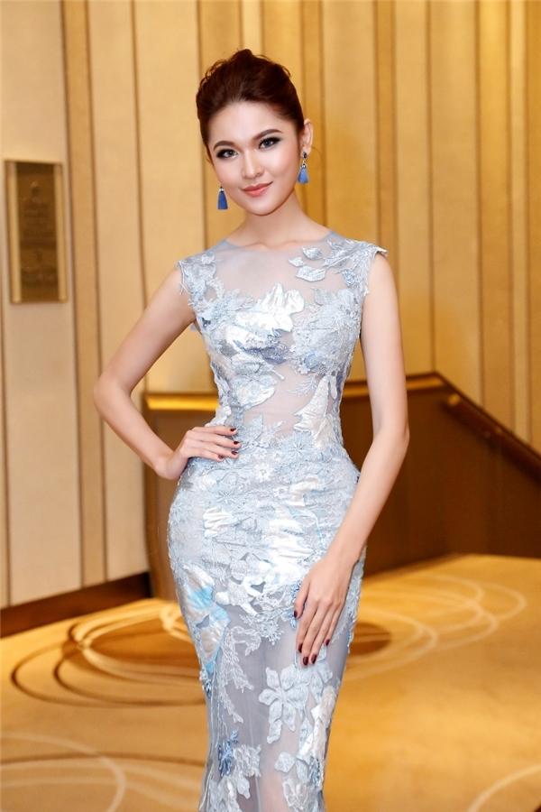 Á hậu Thùy Dung trẻ trung với sắc trắng cùng tông xanh xám cùng dáng váy ôm phô diễn đường cong triệt để.