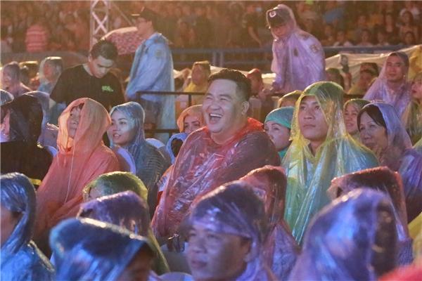 Nam diễn viên hài Hoàng Mập liên tục cười sảng khoái khi theo dõi các tiết mục tại Hương Show. - Tin sao Viet - Tin tuc sao Viet - Scandal sao Viet - Tin tuc cua Sao - Tin cua Sao