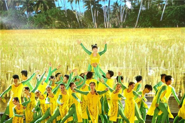 Mặc trời mưa to, hàng loạt sao Việt đồng lòng tắm mưa với Việt Hương - Tin sao Viet - Tin tuc sao Viet - Scandal sao Viet - Tin tuc cua Sao - Tin cua Sao