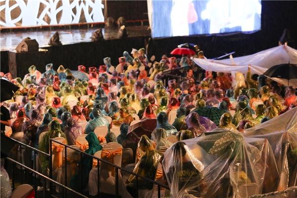 Thế nhưng, đông đảo khán giả có mặt vẫn vui vẻ mặc áo mưa và tiếp tục ngồi xem Hương Show. - Tin sao Viet - Tin tuc sao Viet - Scandal sao Viet - Tin tuc cua Sao - Tin cua Sao