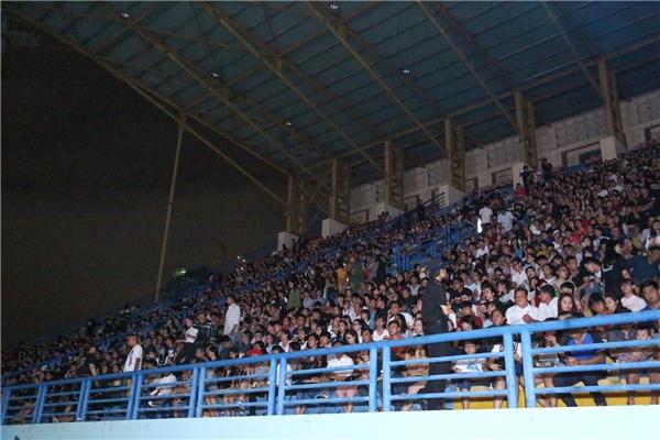 Dù chương trình bắt đầu lúc 20g00 nhưng từ 19g00, đa phần các chỗ ngồi trong sân vận động Quân khu 7 đã được lấp đầy - Tin sao Viet - Tin tuc sao Viet - Scandal sao Viet - Tin tuc cua Sao - Tin cua Sao