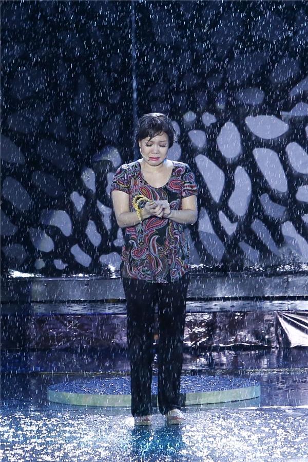 Việt Hương dầm mưa diễn xuất trong liveshow kỉ niệm 20 năm hoạt động nghệ thuật. - Tin sao Viet - Tin tuc sao Viet - Scandal sao Viet - Tin tuc cua Sao - Tin cua Sao