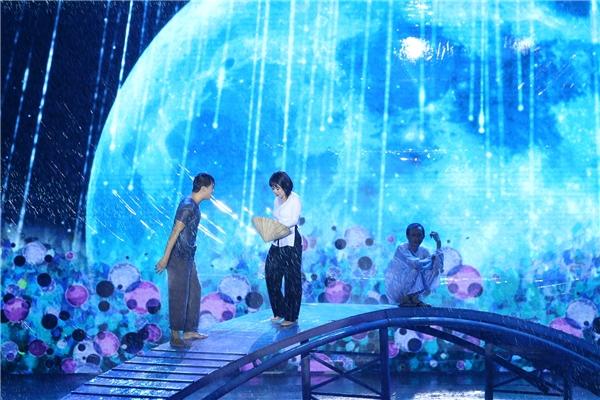Dẫu sao, hình ảnh đẹp đó cũng phần nào tiếp thêm tinh thần và động lực để Việt Hương có thể hoàn thành tốt các vai diễn trong Hương Show giữa trận mưa như trút nước. - Tin sao Viet - Tin tuc sao Viet - Scandal sao Viet - Tin tuc cua Sao - Tin cua Sao