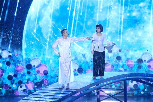 Việt Hương khóc nấc và đứng không nổi trong liveshow kỉ niệm 20 năm - Tin sao Viet - Tin tuc sao Viet - Scandal sao Viet - Tin tuc cua Sao - Tin cua Sao