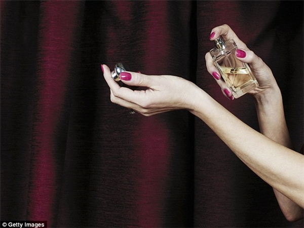 Không phải ở cổ tay hay sau gáy, vùng rốn mới chính là bộ phận cơ thể phát huy tác dụng của nước hoa nhất.