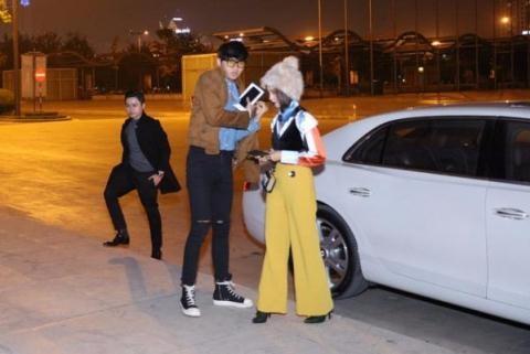 Phan Thành lái siêu xe đưa Salim đi xem show thời trang.Dù đi chung xe nhưng cả hai chủ động đứng tách riêng ra khi được yêu cầu chụp hình. - Tin sao Viet - Tin tuc sao Viet - Scandal sao Viet - Tin tuc cua Sao - Tin cua Sao