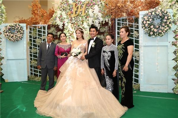 Khánh Hiền và chồng chụp ảnh với gia đình hai bên. - Tin sao Viet - Tin tuc sao Viet - Scandal sao Viet - Tin tuc cua Sao - Tin cua Sao