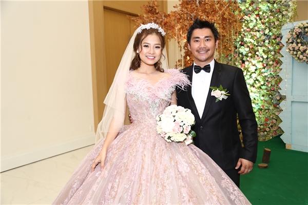 Hai vợ chồng Khánh Hiền tay trong tay chuẩn bị bước vào sân khấu làm lễ chính thức. - Tin sao Viet - Tin tuc sao Viet - Scandal sao Viet - Tin tuc cua Sao - Tin cua Sao