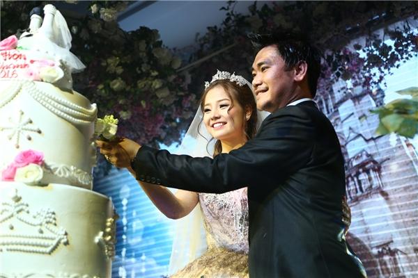 Đôi vợ chồng say đắmchung tay cắt bánh cưới. - Tin sao Viet - Tin tuc sao Viet - Scandal sao Viet - Tin tuc cua Sao - Tin cua Sao