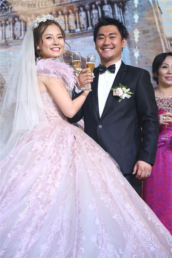 Hai vợ chồng cùng nhau uống rượu giao bôi. - Tin sao Viet - Tin tuc sao Viet - Scandal sao Viet - Tin tuc cua Sao - Tin cua Sao