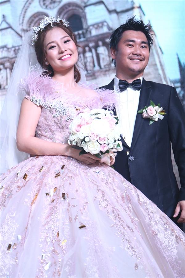 Nụ cười hạnh phúc của hai vợ chồng Khánh Hiền - James Ngô - Tin sao Viet - Tin tuc sao Viet - Scandal sao Viet - Tin tuc cua Sao - Tin cua Sao