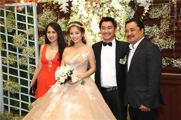 Vợ chồng Khánh Hiền chụp ảnh cùng đạo diễn Phương Điền và Minh Thư - Tin sao Viet - Tin tuc sao Viet - Scandal sao Viet - Tin tuc cua Sao - Tin cua Sao