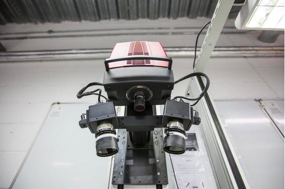 Camera giám sát chi tiết các thành phần được lắp ráp của một chiếc Vertu. Nếu có bất kì một chi tiết nào dù là nhỏ nhất không đúng với những kích thước tiêu chuẩn thì sẽ bị loại ra và không được chuyển đến khâu lắp ráp.