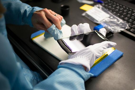 Một chiếc Vertu Signature Touch đang ở những công đoạn cuối trong quá trình lắp ráp.
