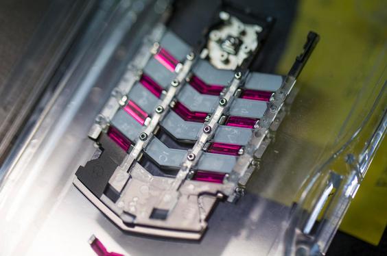 Bàn phím vật lý chế tác từ ruby tổng hợp của chiếc Vertu Signature S được lắp ghép hoàn toàn bằng tay.