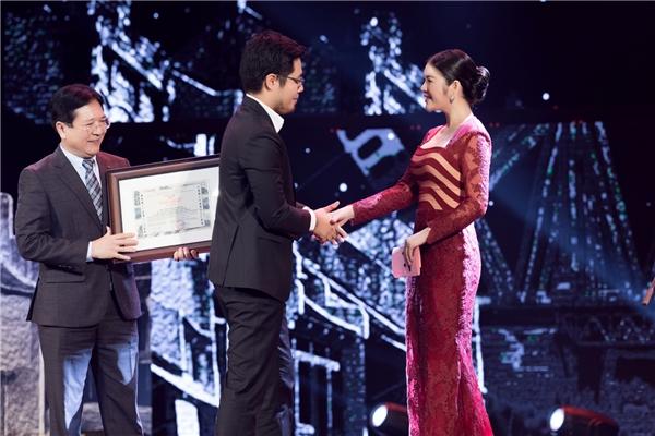 """Lý Nhã Kỳ cùng Thứ trưởng Bộ Văn hóa Thể thao Du lịch Vương Duy Biên đã công bố và troa giải thưởng cho """"Taxi, Em tên gì""""."""