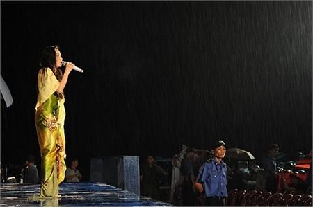 Tuy nhiên vì không thể thay đổi được tình thế nên Cẩm Ly đã quyết định hát trong mưa dưới sự cổ vũ của khán giả Cần Thơ. - Tin sao Viet - Tin tuc sao Viet - Scandal sao Viet - Tin tuc cua Sao - Tin cua Sao