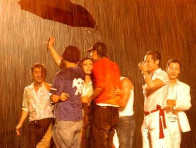 Vẫn tiếp tục hát trong mưa, nhưng Chanh's Show 2006 của Phương Thanh buộc phải dừng lại để đảm bảo sự an toàn cho khán giả và ê-kíp thực hiên chương trình. - Tin sao Viet - Tin tuc sao Viet - Scandal sao Viet - Tin tuc cua Sao - Tin cua Sao