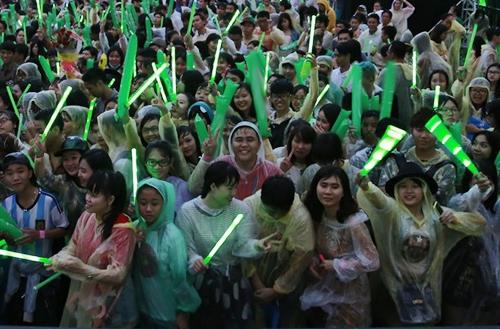 Hàng nghìn người hâm mộ đến từ rất sớm và được BTC phát áo mưa để tiện theo dõi chương trình. - Tin sao Viet - Tin tuc sao Viet - Scandal sao Viet - Tin tuc cua Sao - Tin cua Sao