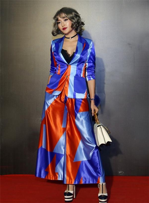 Gần đây, trên thảm đỏ Tuần lễ Thời trang Quốc tế Việt Nam Thu - Đông 2016, Huyền My gây ấn tượng khi diện trang phục với những sắc màu nổi bật. Đặc biệt, vẻ ngoài của Á hậu Việt Nam 2014 càng trở nên đặc biệt hơn với mái tóc giả uốn xoăn nhưng lại khiến cô trông dừ hơn hẳn.